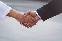 Arabisches Geschäftsmannarbeitskrafthändeschütteln auf Baustelle Stockfotos