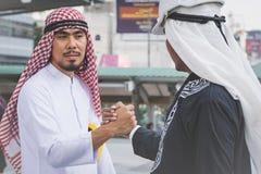 Arabisches Geschäftsmannarbeitskrafthändeschütteln auf Baustelle Lizenzfreie Stockfotografie