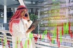 Arabisches Geschäftsmannkontrolldiagramm auf Smartphone Stockfotografie