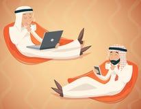 Arabisches Geschäftsmann-Chat Laptop Mobile-Telefon-Getränk Lizenzfreies Stockbild