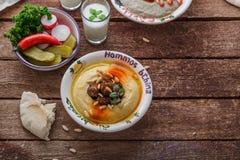 Arabisches hummus mit frischem Salat und Brot, geheimnistuerischer Raum lizenzfreie stockfotos