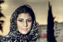 Arabisches Mädchen der sinnlichen Schönheit mit hijab stockbild