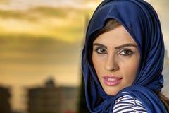 Arabisches mädchen der sinnlichen schönheit mit hijab stockbilder