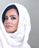 Arabisches Mädchen der sinnlichen Schönheit mit hijab Stockfotografie