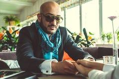 Arabisches Mann- und Mädchenhändchenhalten im Restaurant Lizenzfreies Stockfoto