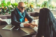 Arabisches Mann- und Mädchenhändchenhalten im Restaurant Stockfotos
