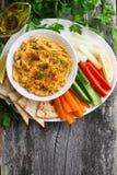 Arabisches Soße hummus mit Flatbread und Frischgemüse lizenzfreie stockbilder