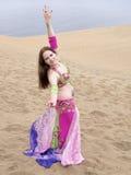 Arabisches Tanzen an der deset Küste stockbild