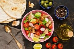 Arabisches Tellersalat fattoush Pittabrot, Tomaten und Gewürze Ansicht von oben stockfoto
