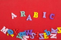 ARABISCHES Wort auf dem roten Hintergrund verfasst von den hölzernen Buchstaben des bunten ABC-Alphabetblockes, Kopienraum für An Lizenzfreie Stockbilder