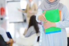 Arabisk affärskvinna som arbetar i lag med hennes kollegor på det startup kontoret Royaltyfri Foto