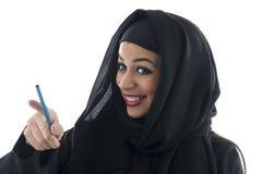 Arabisk affärskvinna som rymmer en skrivplatta isolerad Royaltyfri Bild