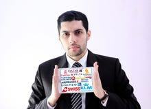 Arabisk affärsman med berömda flygbolag och flygbolaglogoer Royaltyfri Foto
