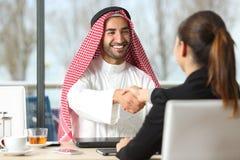 Arabisk affärsman- och marknadsförarehandshaking arkivfoton