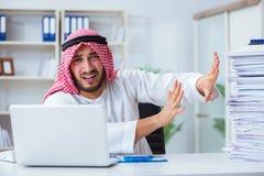 Arabisk affärsman som arbetar i kontoret som gör skrivbordsarbete med en pi Royaltyfri Foto