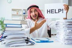 Arabisk affärsman som arbetar i kontoret som gör skrivbordsarbete med en pi Arkivfoton