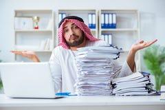 Arabisk affärsman som arbetar i kontoret som gör skrivbordsarbete med en pi Royaltyfri Fotografi