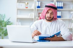 Arabisk affärsman som arbetar i kontoret som gör skrivbordsarbete med en pi Royaltyfria Foton