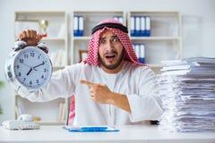 Arabisk affärsman som arbetar i kontoret som gör skrivbordsarbete med en pi Arkivbild