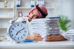 Arabisk affärsman som arbetar i kontoret som gör skrivbordsarbete med en pi Arkivbilder