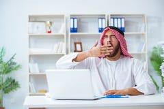 Arabisk affärsman som arbetar i kontoret som gör skrivbordsarbete med en pi Royaltyfri Bild