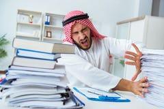 Arabisk affärsman som arbetar i kontoret som gör skrivbordsarbete med en pi Fotografering för Bildbyråer