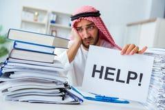 Arabisk affärsman som arbetar i kontoret som gör skrivbordsarbete med en pi Royaltyfria Bilder