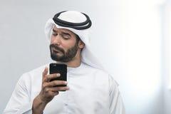 Arabisk affärsman som uttrycker besvikelse på telefonen Arkivfoto