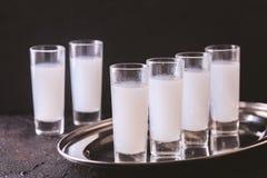 Arabisk alkohol Raki med anis och is Arak Ouzo royaltyfri bild
