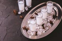 Arabisk alkohol Raki med anis och is Arak Ouzo Arkivbild