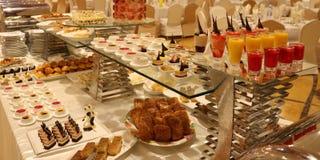 Arabisk efterrätt, kakor, bakelser, kakor och drink Royaltyfri Bild