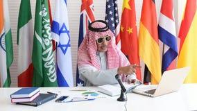 Arabisk eller muslimsk man att förklara om hans oljaaffär i den internationella konferensen arkivfilmer