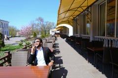 Arabisk grabb som talar med den friendby telefonen Royaltyfria Bilder