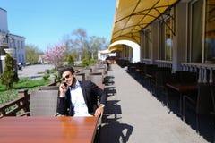 Arabisk grabb som talar med den friendby telefonen Royaltyfri Bild