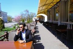 Arabisk grabb som talar med den friendby telefonen Fotografering för Bildbyråer