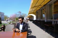 Arabisk grabb som talar med den friendby telefonen Arkivbild