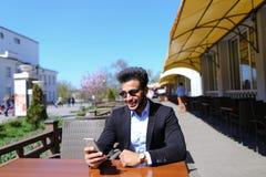 Arabisk grabb som talar med den friendby telefonen Arkivfoton