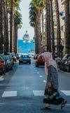 Arabisk invandrare och lyxig yacht i ` Azur, Frankrike för skjul D royaltyfri foto