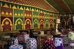 Arabisk jaima med tabeller royaltyfria bilder