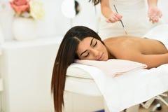 Arabisk kvinna i wellnessskönhetbrunnsorten som har aromterapimassage royaltyfri fotografi