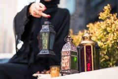 Arabisk kvinna med arabiska lyktor Royaltyfria Bilder