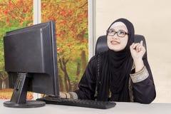 Arabisk kvinna med ny idé arkivfoto