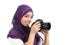 Arabisk kvinna som bär en hijab som tar ett fotografi Fotografering för Bildbyråer