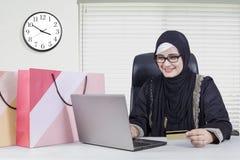 Arabisk kvinna som direktanslutet shoppar Arkivfoto