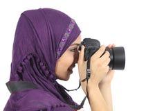 Arabisk kvinnafotograf som rymmer en dslrkamera Arkivfoto