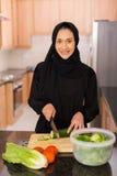 Arabisk kvinnamatlagningmatställe arkivbilder