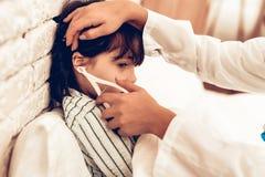 Arabisk kvinnlig pojke för doktor Examining lite Barn på det pediatriskt Sjukhusbegrepp sunt begrepp Besöka för barnpatient arkivbilder