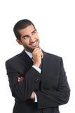 Arabisk lycklig affärsman som tänker, medan se sidan royaltyfri fotografi