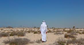 Arabisk man i öken Arkivbilder
