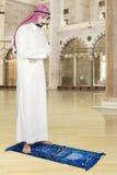 Arabisk man som ber i moskén Arkivfoton